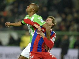 Im Clinch um den Supercup: Naldo vom VfL Wolfsburg und Bayerns Thomas Müller.