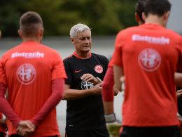 """""""Wir möchten mehr agieren als reagieren"""": Armin Veh gibt seinem Team neue taktische Vorgaben mit."""