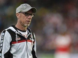 Er beobachtet seine Spieler ganz genau: Peter Stöger.