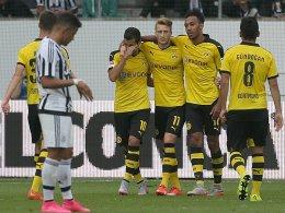 Entspannte Sieger: Die Dortmunder Mkhitaryan, Reus, Aubameyang und Gündogan (v.li) jubeln gemeinsam.