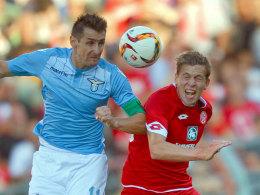 Lazio-St�rmer Miroslav Klose gegen den Mainzer Fabian Frei.