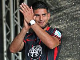 """""""Ich bleibe zu 200 Prozent"""": Frankfurts Carlos Zambrano erhielt von den Eintracht-Fans den meisten Applaus."""