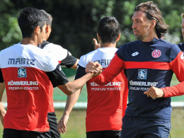 Könnte im ersten Pokalspiel auf Yoshinori Muto setzen: Trainer Martin Schmidt.