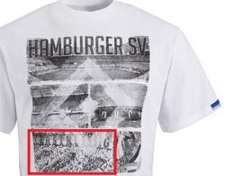 Auf dem Shirt aus dem HSV-Fanshop ist eine Choreographie von Hertha BSC zu sehen.