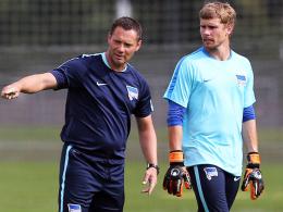 Jobsharing: Nachdem Herthas Torhüter Thomas Kraft das Training abbrechen musste, stellte sich Chefcoach Pal Dardai ins Tor.