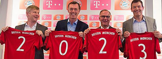 Vertrag besiegelt: Henning Stiegenroth (Leiter Sportmarketing Telekom), Michael Hagspihl (Geschäftsführer Privatkunden Telekom), FCB-Boss Heinz Rummenigge und FCB-Vorstand Marketing Andreas Jung (v.li.).