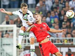 Stark im Zweikampf, handlungsschnell, sprungkräftig: Gladbachs Youngster Andreas Christensen, hier links gegen St.Paulis Thy.