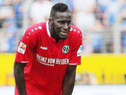 Schmerz lass nach: Hannovers Salif Sané hat's am Knie erwischt.