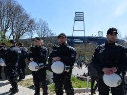 Polizei vor dem Bremer Weserstadion beim Derby gegen den HSV im April