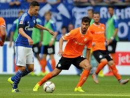Debüt in der Bundesliga: Darmstadts Györgi Garics bekam es beim Einstand mit Julian Draxler (li.) zu tun.
