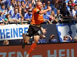 Jubelsprung: Konstantin Rausch freut sich über sein Tor auf Schalke.