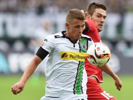 Hat sich nachhaltig in Erinnerung gebracht: Mönchengladbachs Thorgan Hazard, hier gegen den Mainzer Bell (re.).
