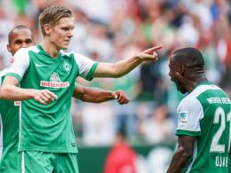 Erster Treffer für Werder: Bremens Neuzugang Aron Johannsson wird von Teamkollege Anthony Ujah (re.) gefeiert.