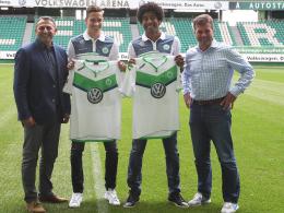 Strahlemänner: Wolfsburgs Manager Klaus Allofs, die beiden Neuzugänge Julian Draxler und Dante sowie Trainer Dieter Hecking.