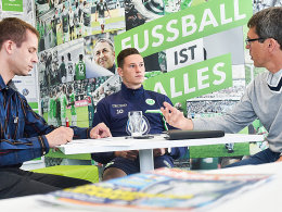 Julian Draxler im Gespräch mit den kicker-Redakteuren Thiemo Müller (li.) und Michael Richter (re.).