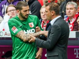 Markus Weinzierl (re.) nominierte Sascha Mölders (li.) nicht für die ersten Europapokalspiele der Augsburger Vereinsgeschichte.