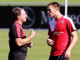 Coaching: VfB-Trainer Alexander Zorniger versucht, Neuzugang Toni Sunjic die Abläufe näherzubringen.
