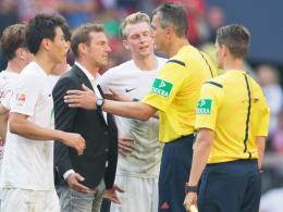 Markus Weinzierl (Mitte) mit Schiedsrichter Knut Kircher (2. v. re.)
