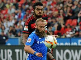 Darmstadts Marco Sailer gegen Leverkusens Jonathan Tah.