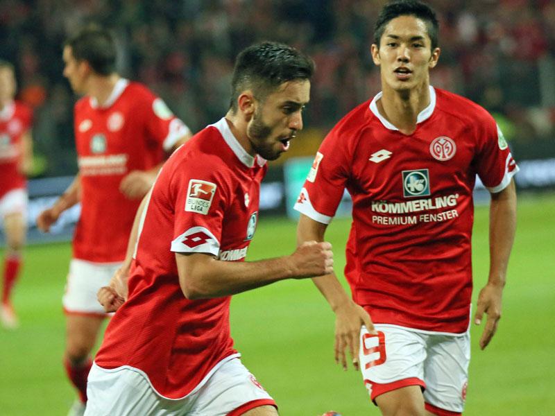 Der Mainzer Malli jubelt nach dem 1:1, Muto freut sich mit.