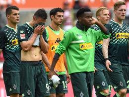 Die Gruppe ratloser Gladbacher nach dem Schlusspfiff in Köln.
