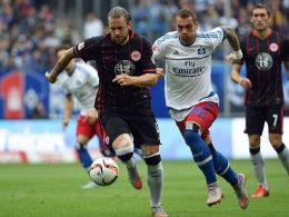 Sauer auf den Schiedsrichter: Frankfurts Marco Russ, hier verfolgt von Hamburgs Lasogga.