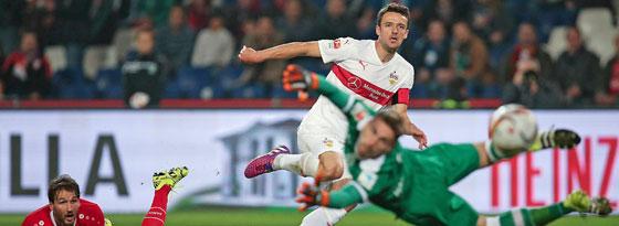 Stuttgarts Gentner erzielt das zwischenzeitliche 1:1 in Hannover.