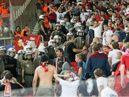 """""""Große Aggressivität"""": Die griechische Polizei soll """"unverhältnismäßig"""" gegen die Bayern-Fans vorgegangen sein."""