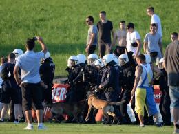 Die Polizei nahm rund um Frankfurts Testspiel gegen Leeds 25 Zuschauer fest.