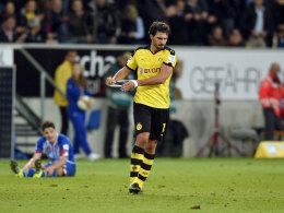 Riss sich nach dem Schlusspfiff wutentbrannt die Binde vom Arm: BVB-Kapitän Mats Hummels.