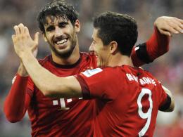 Doppelte Freude: Bayerns Javi Martinez (li.) durfte den fünffachen Torschützen Robert Lewandowski herzen und sich über seine Rückkehr freuen.