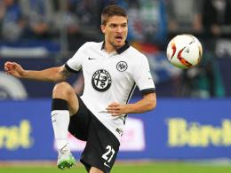 """""""Aus meiner Sicht war es Absicht"""": Frankfurts Aleksandar Ignjovski klagt Schalkes Huntelaar an."""