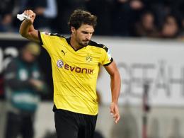 Wütend: Dortmunds Kapitän Mats Hummels wirft nach dem Spiel in Hoffenheim die Spielführerbinde weg.