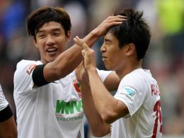 Reisen zur Nationalmannschaft: Augsburgs Südkoreaner Jeong-Ho Hong (li.) und Ja-Cheol Koo.