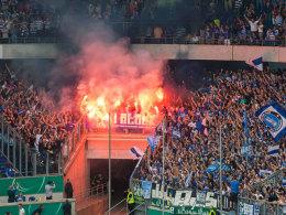 Pyro-Einsatz im Schalker Block im Rahmen des Pokalspiels in Duisburg.