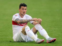 Daniel Ginczek sitzt auf dem Boden