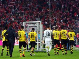 Trauriger Abgang: Die BVB-Spieler verlassen nach dem 1:5 den Münchner Rasen.