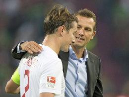 Zufrieden mit dem Punkt in Leverkusen: Augsburgs Kapitän Paul Verhaegh (li.) und Coach Markus Weinzierl.