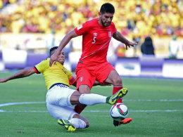 Im Einsatz für Peru: Carlos Zambrano, hier gegen Kolumbiens Fredy Guarin.