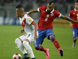 Aggressiv auf Balleroberung aus: Doch Arturo Vidal musste in Peru (li. Cueva) frühzeitig vom Feld.