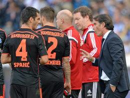 Tauschen sich vor dem Spiel gegen Leverkusen intensiv aus: Emir Spahic und HSV-Coach Bruno Labbadia (re.).