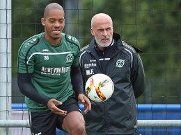 Hannovers Charlison Benschop (li.) muss in Köln passen - nicht der einzige Ausfall von 96-Coach Michael Frontzeck.