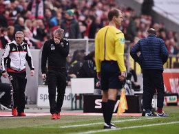 Irritation auf der Bank: Kölns Trainer Peter Stöger konnte so manche Entscheidung nicht verstehen.