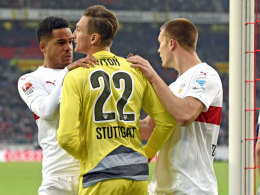 Elfmeter gehalten: Der spätere Siegtorschütze Daniel Didavi (li.) feiert VfB-Keeper Przemyslaw Tyton.