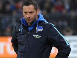"""War nach dem Schalke-Spiel geknickt, und doch """"sieht er die Entwicklung"""": Hertha-Coach Pal Dardai."""
