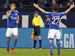 In meine Arme: Sascha Riether wartet auf den Schalker Torschützen zum 1:0, Benedikt Höwedes.