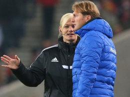 """""""Die Entschuldigung kommt fünf Minuten später"""": Trainer Ralph Hasenhüttl im Gespräch mit Bibiana Steinhaus."""