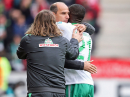 Erlösung: Torschütze Anthony Ujah (re.), Trainer Viktor Skripnik (M.) und Co-Trainer Torsten Frings jubeln über Ujahs ersten Treffer.