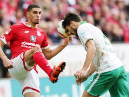 Immer voller Einsatz: Bremens Santiago Garcia, hier rechts gegen den Mainzer Balogun.