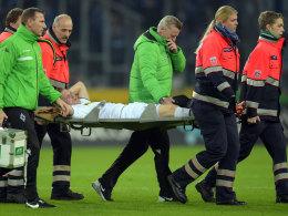 Nach dem Horrorfoul und einer minutenlangen Behandlung wurde André Hahn mit der Trage vom Feld gebracht.